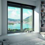 Das Lüftungssystem Schüco VentoTherm Advanced ist ein fensterintegriertes Zu- und Abluftsystem mit Luftfilter, Wärmerückgewinnung und Sensorsteuerung, das einen kontinuierlichen Luftaustausch bei geschlossenem Fenster ermöglicht.