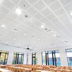 Die Akustik-Lochdecke Knauf Belgravia in der Mensa der Robert-Schuman-Schule in Frankenthal absorbiert den Raumschall und sorgt für eine ruhige Atmosphäre im Raum