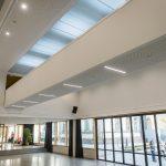 Das neue Herz der Schule: Die neue Pausenhalle mit dem von vier LAMILUX Glaselementen indirekt mit Tageslicht beleuchtete Steg.