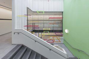 Farbenfrohes Treppenhaus