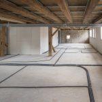 Im 2. OG musste der Untergrund großflächig ausgeglichen werden. Gut zu erkennen: In der Mitte des Raumes fällt der Boden stark ab. Gleichzeitig musste der Höhenausgleich aufgrund der Statik des Gebäudes ein möglichst niedriges Flächengewicht aufweisen.