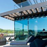 Die großzügige Terrasse mit schützender Vordachkonstruktion lädt nach dem Spa-Besuch zum Entspannen ein.
