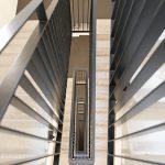 Die Schöck Tronsole Typ F trennt die Treppe vollflächig vom Podest und minimiert so die Gefahr von Schallbrücken.