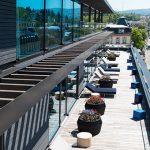 Der Aufenthalt auf dem Roomers Dach sorgt unweigerlich für Urlaubsstimmung. Sei es auf der Rooftop Bar, am Pool oder als Hotelgast im Spa.