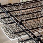 Die Segel bestehen aus mehreren Dutzend vorgefertigten Gipsfaserelementen, die auf der Baustelle nach exaktem Plan zusammengesetzt wurden. Eine Spantenkonstruktion sorgt für die nötige Stabilität der Teile.