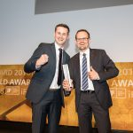Freuen sich über den iF Design Award 2018 in Gold (v. l.): Björn Barlage, Entwicklungsingenieur Lüftungssysteme und Henning Köln, Leiter Produktmanagement Lüftung von Schüco.