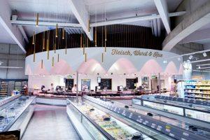 Die kreisrunde Fleisch- und Wursttheke im Zentrum des Supermarkts zieht mit ihrem Deckenhimmel alle Blicke auf sich.