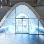Der Eingangsbereich mutet fast schon futuristisch an. Bei der Materialwahl achteten die Trockenbauer auf hohe Stoßfestigkeit. Daher kamen Diamantplatten zum Einsatz.
