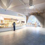 Runde Grundformen verleihen dem Supermarkt ein außergewöhnliches Flair. Gebogen wurde teils vor Ort, teils wurden Formplatten verarbeitet.