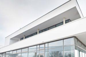 Häufig sind Außendecken wichtige Gestaltungsmerkmale von Gebäuden und immer öfter entstehen auch sie in Trockenbauweise. Rigips-Außendeckensysteme können in geschützten sowie in bewitterten Außenbereichen eingesetzt werden. Je nach Anwendungsbereich und b