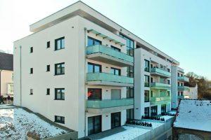 In Sigmaringen ist ein modernes, fünfgeschossiges Wohngebäude mit Tiefgarage entstanden, das wie drei separate Wohngebäude wirkt.