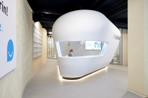 Das Infocenter inmitten des lichten, großzügigen Raumes im smilike.me-Zentrum in Hamburg ist eine Sonderanfertigung von Knauf.