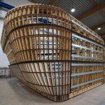 Die dreidimensionale Konstruktion aus Holzspanten mit Metallprofilen erinnert an ein Boots-Skelett. Die Rundungen wurden mit Ringankern aus verleimten MDF-Platten stabilisiert.