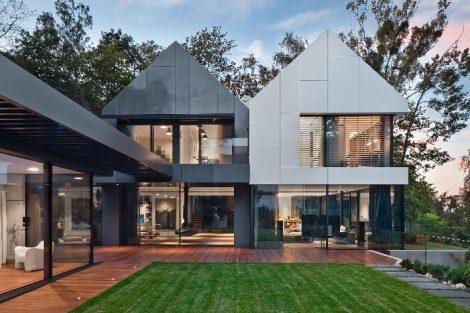Der Entwurf von Arch-Deco Architekten basiert auf dem Zusammenspiel von Sattel- und Flachdächern mit offenen Terrassenflächen.