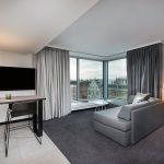 """Die Feinsteinzeug-Serie """"Section"""" trägt mit ihrer matten, zurückhaltenden Betonanmutung zum modernen Wohnambiente der Adina-Studio-Apartments bei."""