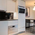 Mit modern ausgestatteten Kitchenettes und einer modern mit Fliesen gestalteten Bodenfläche bietet der Essbereich der Adina-Studios Komfort und Wohnlichkeit gleichermaßen.