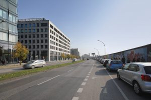 """In direkter Nachbarschaft der Mercedes Mercedes-Benz Arena und der Mercedes Vertriebszentrale entstehen auf dem neuen Zalando-""""Campus"""" bis 2018 zwei weitere Gebäude des neuen Zalando-Headquarters."""