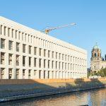 """Mit dem Neubau des Schlosses und des Humboldtforums, die unter ihrem Dach Kunstausstellungen, Veranstaltungen und städtische Verwaltung vereinen, wird eine Nachkriegswunde geschlossen. Im Bild die Ostfassade, das sogenannte """"Belvedere"""" (schöne Aussicht)."""