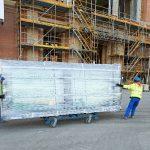 Die Fensterelemente wurden von MERA vormontiert auf die Schlossbaustelle geliefert. Über 2.000 Stück davon sind verbaut – bis zu 450 kg schwer und bis zu 4,20 m lang.