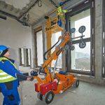 Fassadenbauer MERA schaffte für die Berliner Baustelle zwei neue Manipulatoren (Vakuumheber) an. Die Fensterelemente wurden im Werk komplett vorgefertigt und auf die Baustelle geliefert. Der Einbau war nur mit der Hilfe der robusten Hebewerkzeuge möglich.