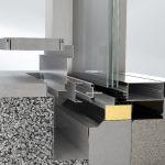 Reversible Rinnenlösung und umlaufendes Baukörperanschlusssytem für eine prozesssichere Montage und Glasaustausch.