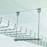 Detail: Anschluss der Kabelkanäle an die Unterkonstruktion der abgehängten Decke