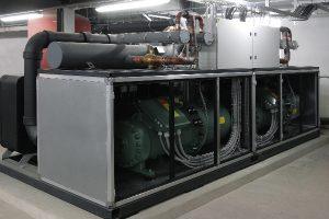Eine Kältemaschine der Viessmann Gruppenfirma KWT nutzt die Abwärme und kühlt Rechenzentrum sowie Geräteprüfstände