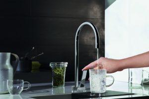 Der Water Dispenser liefert in der Hot & Cold Variante Heiß- und Kaltwasser (Abb. Serie Tara Ultra). Bei der Hebelbewegung nach vorn spendet er heißes Wasser. Wird der Hebel nach hinten bewegt, spendet er kaltes Wasser.