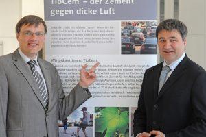 Bei einem parlamentarisches Frühstück in Brüssel stellte HeidelbergCement, vertreten durch Produktmanager Volker Hanke und Vorstandsmitglied Daniel Gauthier (v.l.), die Möglichkeiten photokatalytisch aktiver Betonprodukte vor.