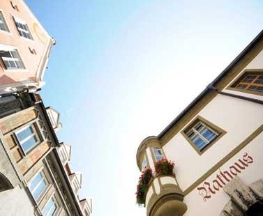 Energieeffizienz in kommunalen Gebäuden kann eine wichtige Vorbildfunktion haben – ein Grund, weshalb die EU-Dienstleistungsrichtlinie dem öffentlichen Sektor auch hier eine besondere Bedeutung einräumt.