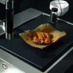 Für die schwarzen Cutting Boards aus Kunststoff wird Polyethylen verwendet, wie es hygienische Vorschriften für professionelle Küchen verlangen. Durch das Einlegen von zwei übereinander liegenden Schneidbrettern wird das Becken als zusätzliche Arbeitsfläc