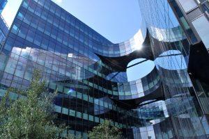 """ipasol neutral Sonnenschutzglas in der glatt fließenden Fassade des """"7 more London""""."""