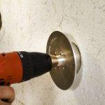 Mit einem dafür konzipierten Montagetool wird der Dübel in das vorgebohrte Loch gedreht