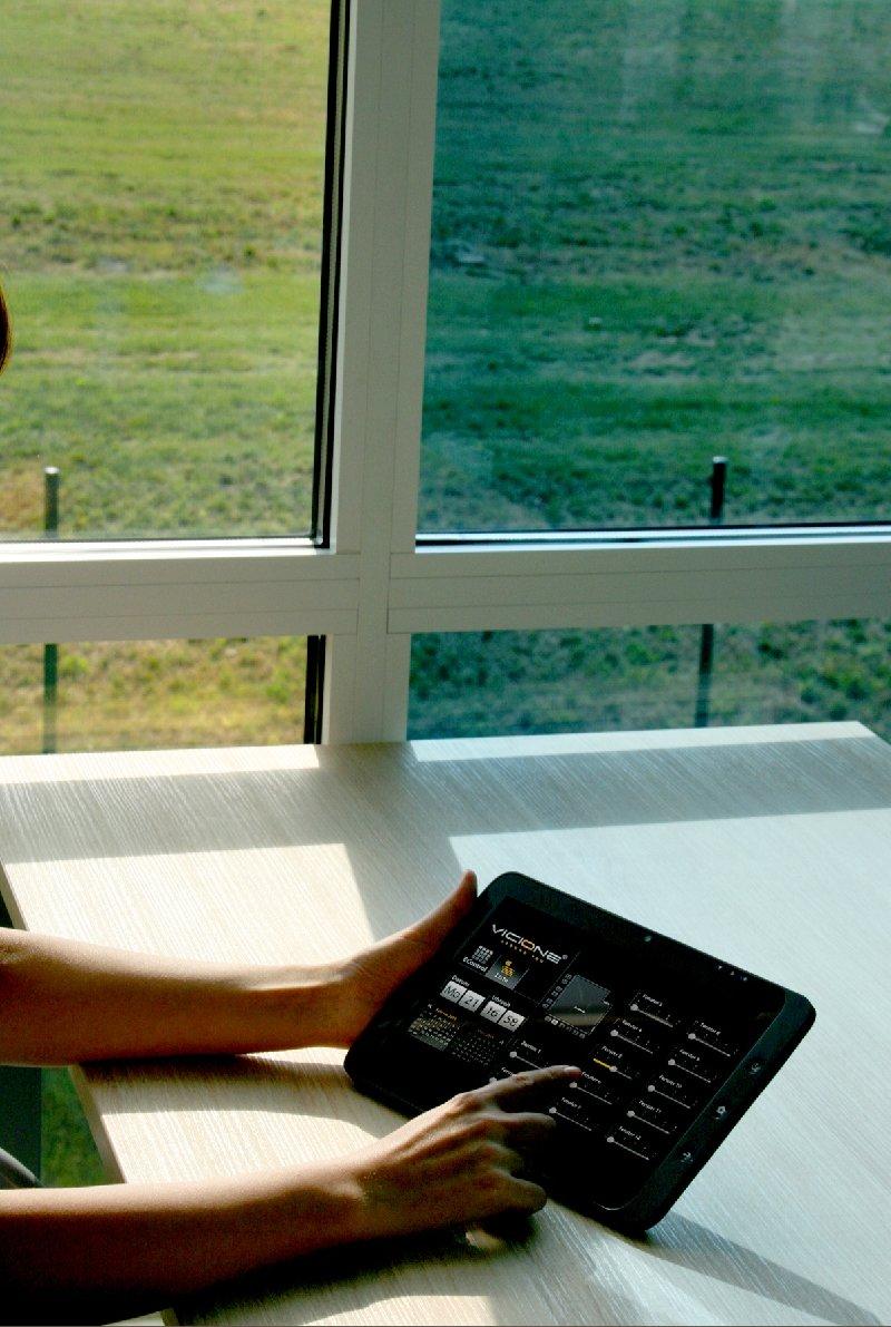 Smart Home: Mit dem Touch-Panel EC Comfort wird moderne Netzwerktechnik intelligent und komfortabel gesteuert.