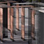 Bei den am Londoner Southbank Centre Square installierten, 28 identischen vertikalen Scheiben aus Verbundglas mit der SentryGlas® Zwischenlage ergeben kupfer- bzw. aluminiumbeschichtete Gewebeeinlagen einen starken materiellen Eindruck der Glasoberfläche,