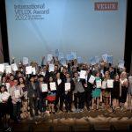 Die Studenten freuen sich bei der Preisverleihung des International VELUX Award 2012 in Porto über ihre Auszeichnungen.