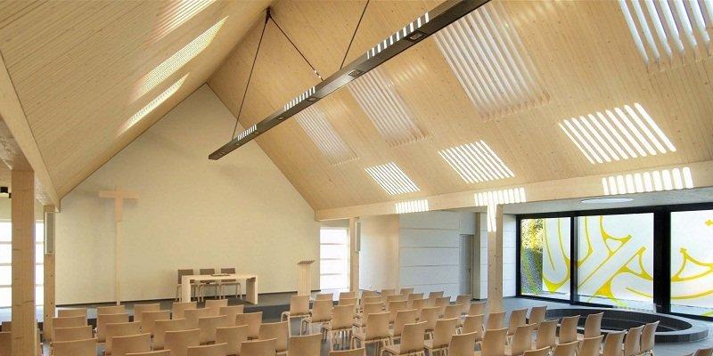 Der Sieger des Architektenwettbewerbs 2012, der freischaffende Architekt Ulrich Arndt aus Berlin, beindruckte mit dem ungewöhnlichen Vorschlag, Licht, das durch Dachfenster in den Raum fällt, durch Holzlamellen so zu filtern, dass die besondere Lichtsitua