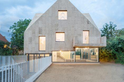 Wohnraum-Maximierung zwischen Stampfbetonsockel und Korkdach
