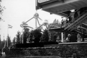 Weltausstellung in Brüssel, im Vordergrund: Karl Schwanzer, Österreichischer Pavillon, im Hintergrund: André Polak, Jean Polak: Atomium, 1958 © Foto: Gerd Schlög