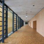 Stadthalle Cham Sichtbeton, Holzpaneelen und Glas