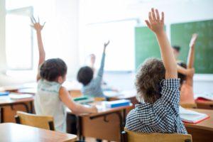 Kinder im Klassenzimmer Lunos