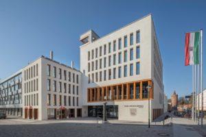 Besenstrich der Fassade Rathaus Bernau