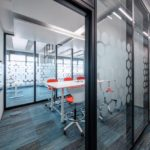 Raum-in-Raum-System mit Glaswänden