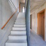 Klimaholzhäuser mit Treppe aus Sichtbeton und Holz