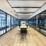 Expeditionsraum im Raum, vollflächige Glaswände von Lindner