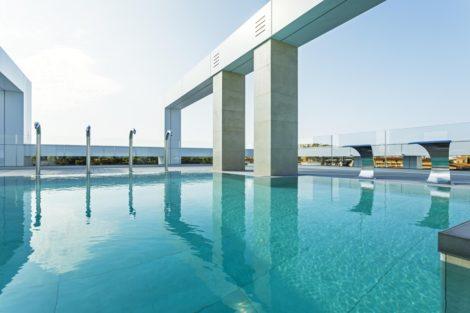 Großformatige Keramikfliesen verleihen Pool-Landschaft eine großartige Wirkung   Hotel Olympus Palace