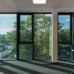 getönte Glasfassade bei Sonneneinstrahlung