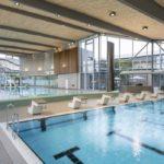 Sichtbeton, warme Holzoberflächen, Sportbad Friedrichshafen