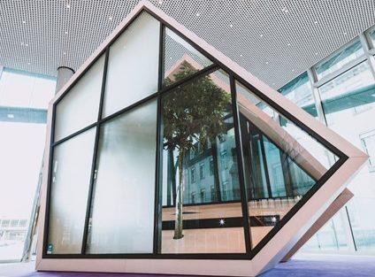 Dynamische Sichtschutzgläser ermöglichen Privatsphäre