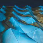 Die große Besonderheit der FACID-Fassade beim Schüco Parkhaus liegt in der Umsetzung des 3D-Effektes. Die individuelle Verdrehung der Teilflächen erzeugt zwei- und dreidimensional formbare Flächen.   Bild: SCHLATTMEIER ARCHITEKTEN Fassadenkonzept in Kooperation mit 3XN Fotograf: Christian Eblenkamp